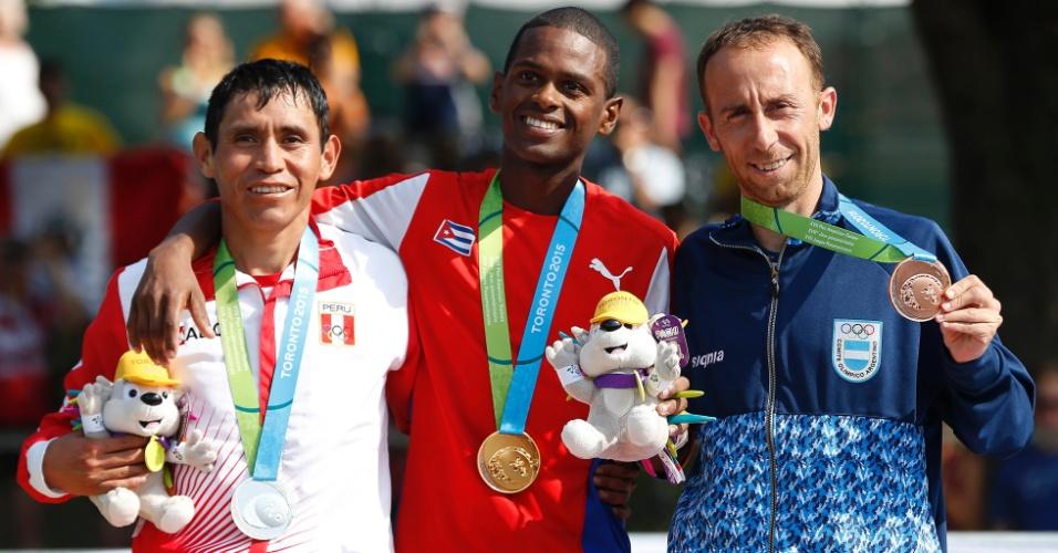 Raul Pacheco, do Peru, Richer Perez, de Cuba, e Mariano Mastromarino, da Argentina, recebem as medalhas de prata, ouro e bronze, respectivamente