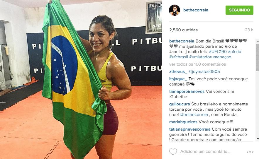 Bethe Correia posa com a bandeira do Brasil em Natal, na preparação para enfrentar Ronda Rousey