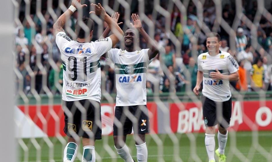 Jogadores do Coritiba comemoram gol de Henrique Almeida contra a Chapecoense no Estádio Couto Pereira