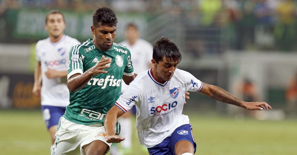 Thiago Santos disputa bola com Kevin Ramirez, no jogo do Palmeiras contra o Nacional-URU, na Libertadores
