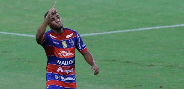 O atacante Anselmo comemora o seu gol na vitória do Fortaleza sobre o Flamengo