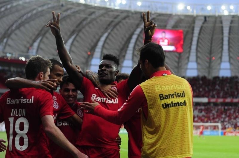 Jogadores do Internacional comemoram gol de Paulão diante do Juventude no Beira-Rio