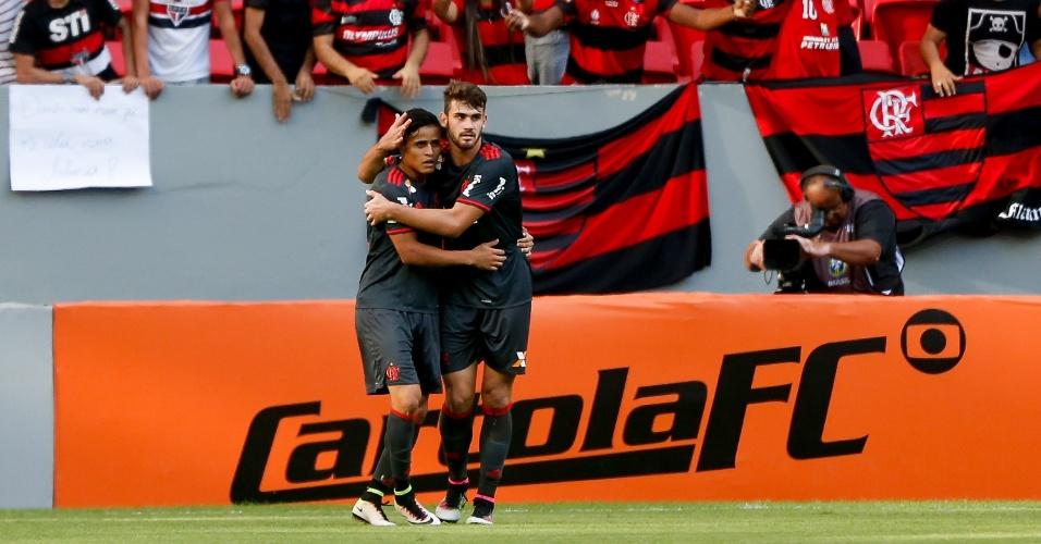 Jogadores do Flamengo comemoram gol marcado contra o São Paulo