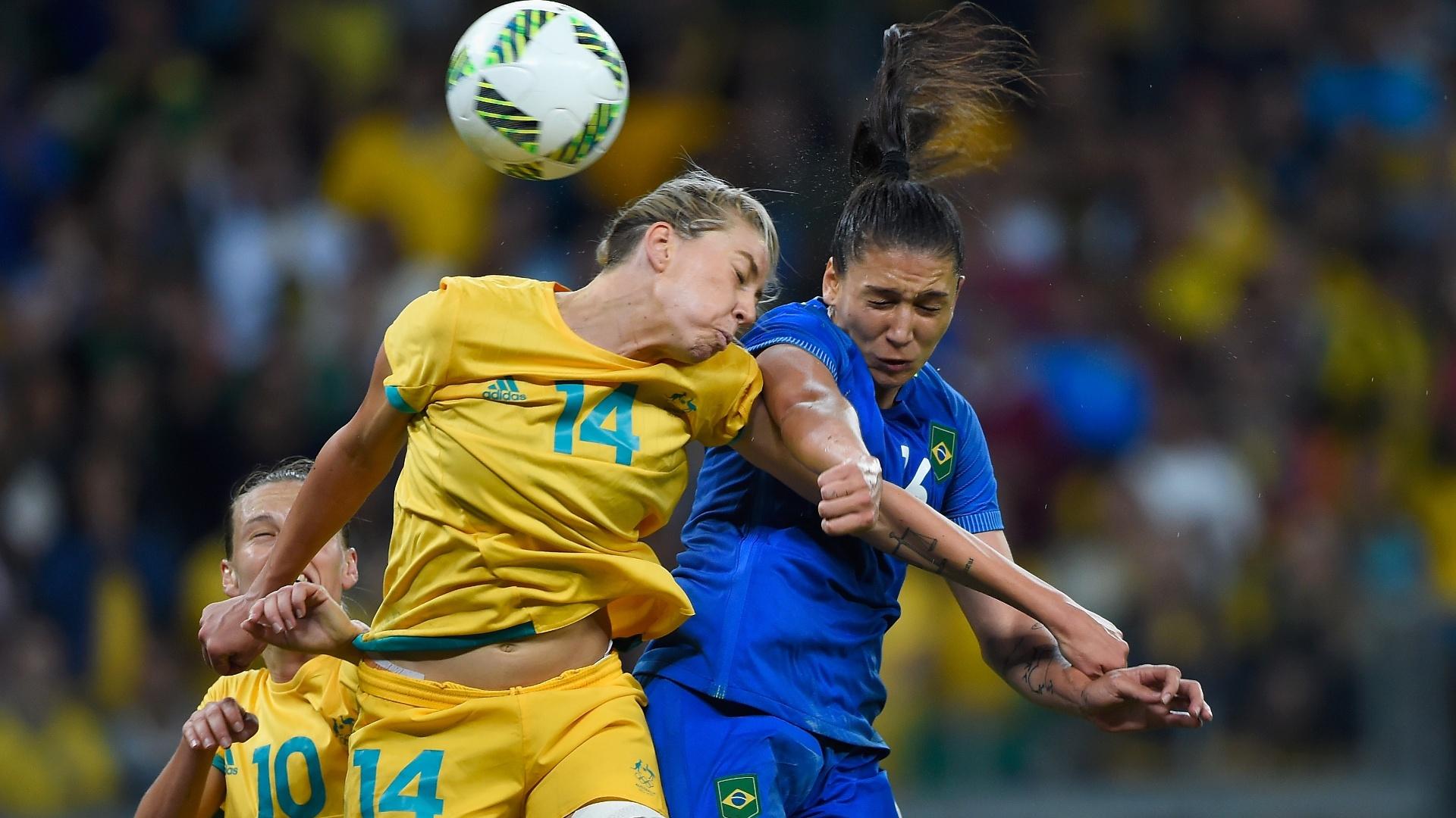 Michelle Heyman, da Austrália, e a brasileira Beatriz dividem jogada, partida até então segue sem gols