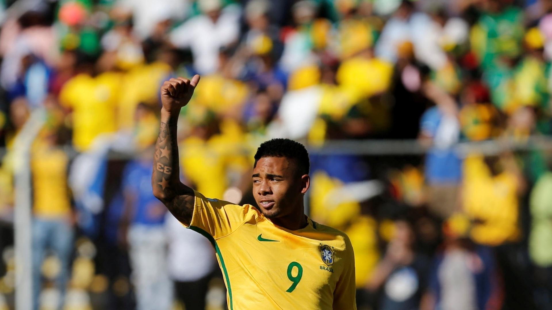 Gabriel Jesus acena durante jogo entre Brasil e Bolívia