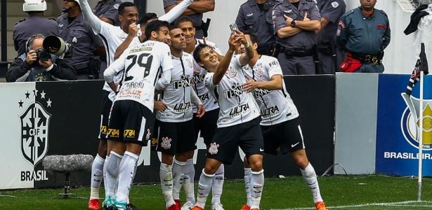 Romero comemora gol do Corinthians sobre o Palmeiras com selfie