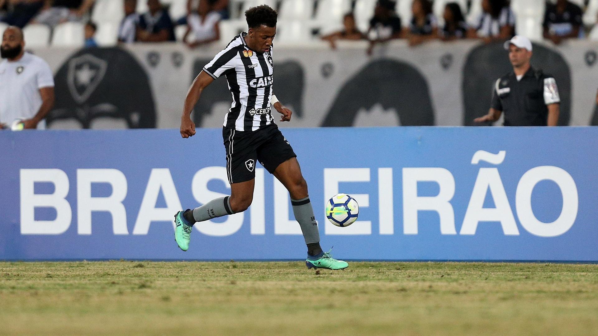O lateral Moisés tenta uma jogada para o Botafogo contra o Vitória