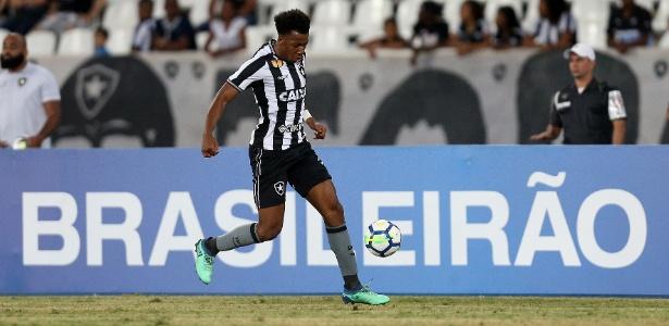 O lateral Moisés trabalha para voltar ao time do Botafogo após lesão