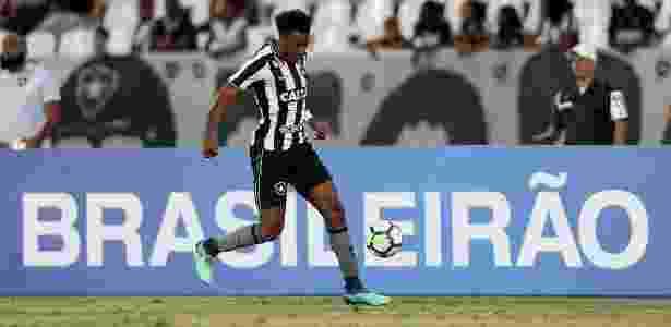 O lateral Moisés tenta uma jogada para o Botafogo contra o Vitória - Vítor Silva/SSPress/Botafogo - Vítor Silva/SSPress/Botafogo
