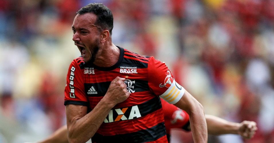 O zagueiro Réver comemora gol do Flamengo diante do Sport, no Maracanã