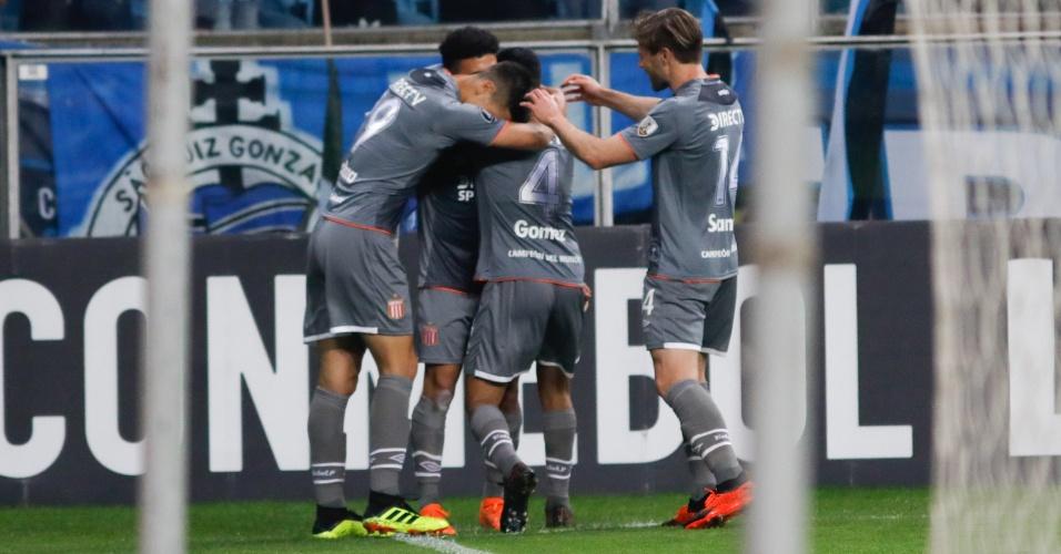 Jogadores do Estudiantes comemoram gol contra o Grêmio na Copa Libertadores