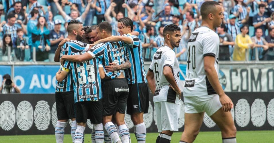 Jogadores do Grêmio comemoram gol de Luan contra o Ceará