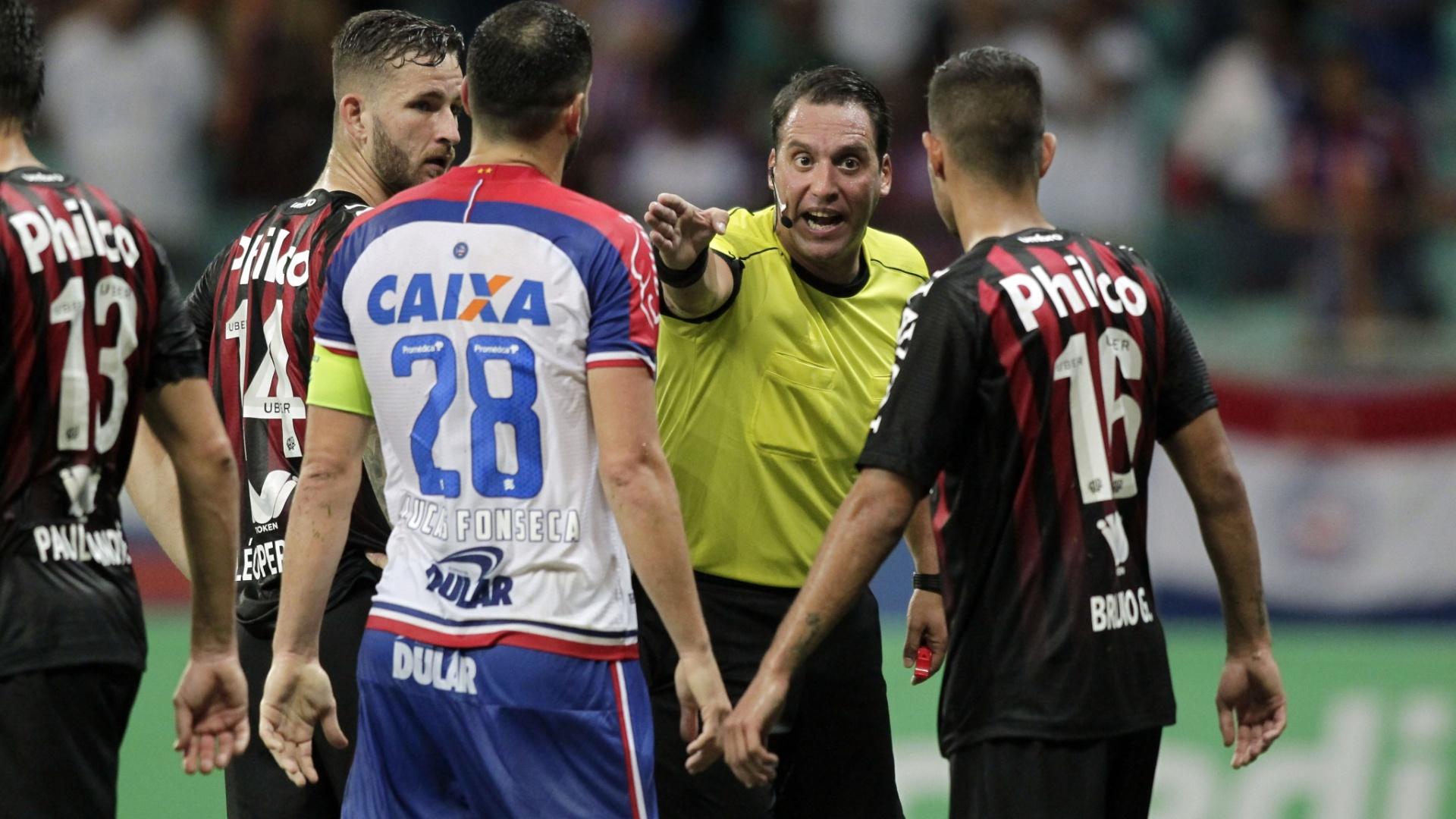 Árbitro Fernando Rapallini conversa com jogadores durante a partida entre Bahia e Atlético-PR