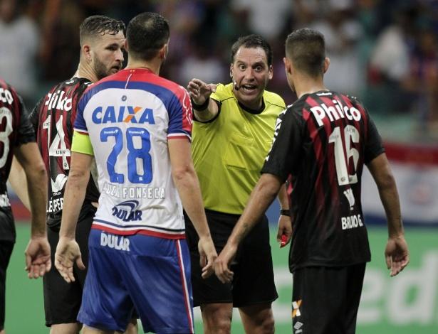 Arbitragem anulou dois gols do Bahia após verificar irregularidades no VAR - Arisson MARINHO / AFP