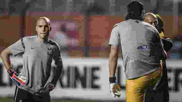 Cássio e Julio Cesar se aquecem no gramado do Pacaembu antes do jogo contra a Ponte Preta - Leonardo Soares/UOL - Leonardo Soares/UOL