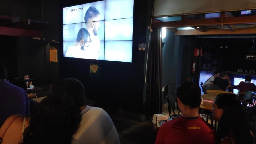 Irritação com transmissão fez torcedores deixarem bar em Belo Horizonte; grupo até viu jogo pelo celular - Thiago Fernandes/UOL