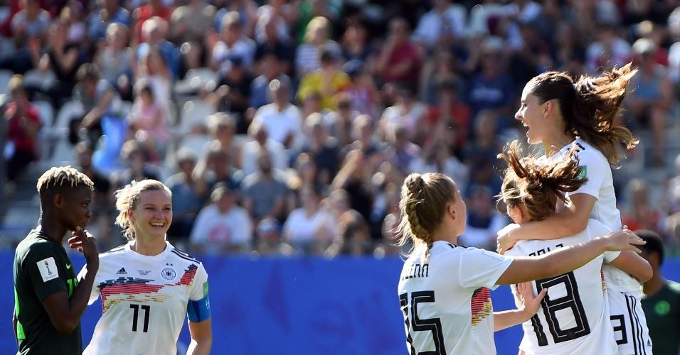 Dabritz comemora segundo gol das alemãs sobre a Nigéria