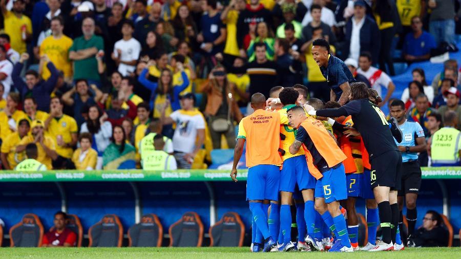 Jogadores do Brasil comemoram gol contra o Peru no Maracanã durante a Copa América - Thiago Calil/AGIF