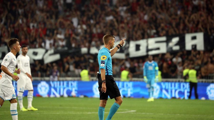 Árbitro Clement Turpin interrompe Nice x Olympique de Marselha no primeiro tempo diante da presença de faixas preconceituosas - Valery Rache/AFP