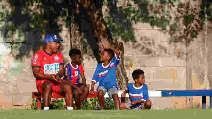 O técnico Roger Machado convidou três garotos que vendem amendoim para assistirem ao treino do Bahia - Felipe Oliveira/EC Bahia