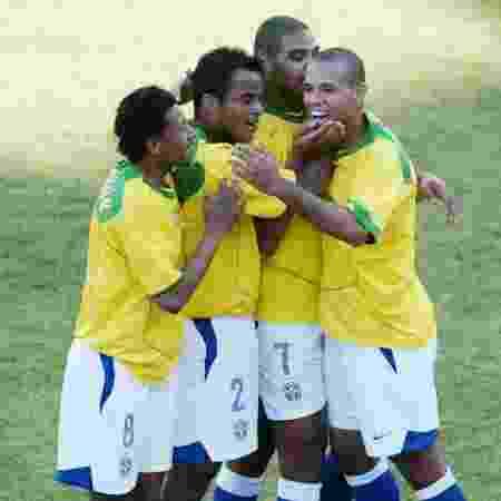 Kléberson, Mancini, Adriano e Luis Fabiano comemoram gol da seleção na Copa América de 2004 - Reuters