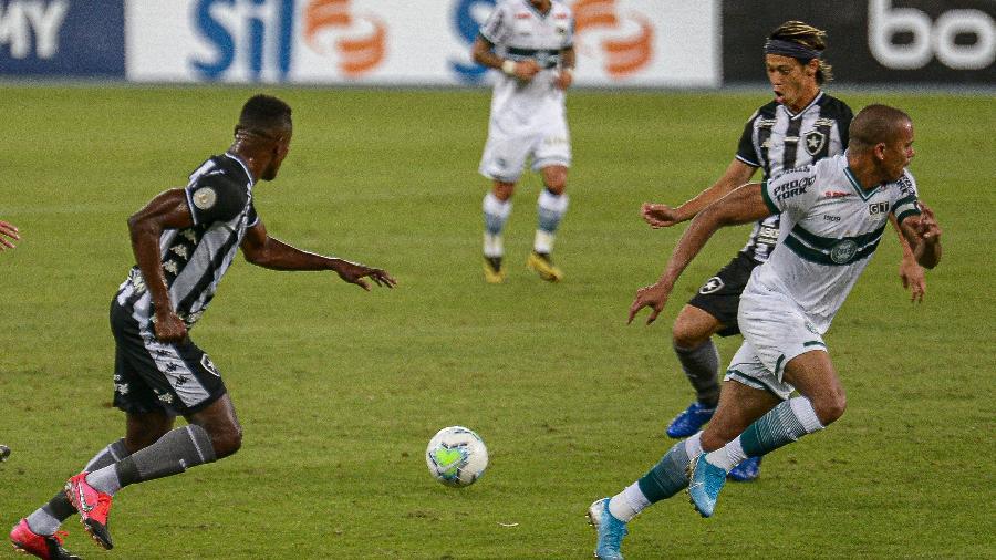Honda e Kalou tentam tabela durante jogo entre Botafogo e Coritiba, pelo Brasileirão 2020 - Nayra Haml/Fotoarena/Estadão Conteúdo