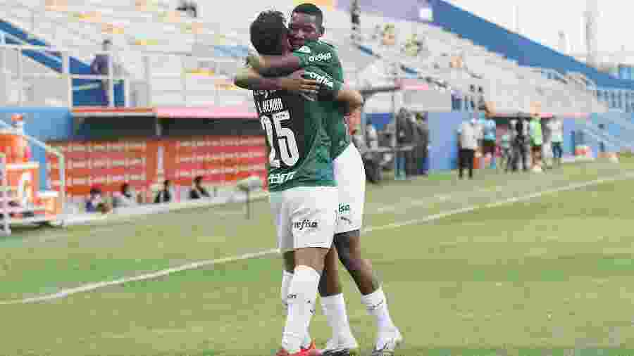 Crias da base, Gabriel Menino e Patrick de Paula se abraçam após gol do Palmeiras sobre o Delfín - Staff images/CONMEBOL