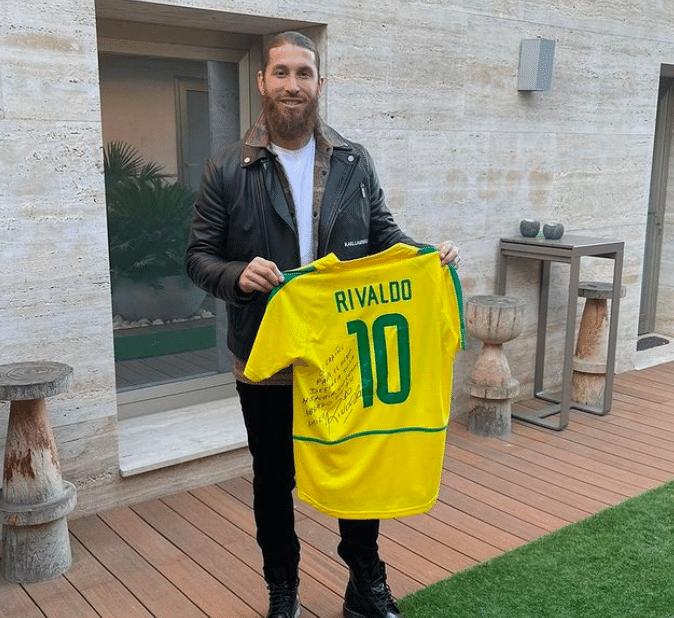 Sergio Ramos mostra camisa que ganhou de Rivaldo