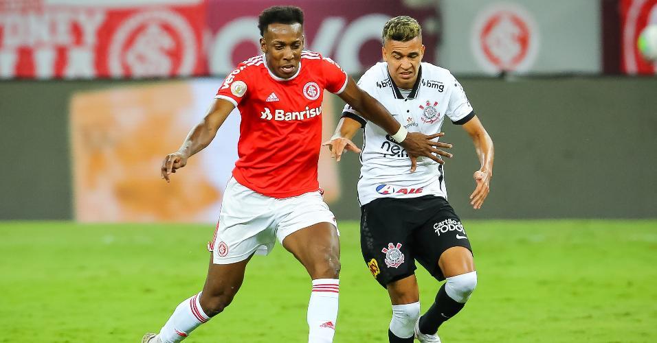 Moisés e Cantillo disputam a bola no Beira Rio