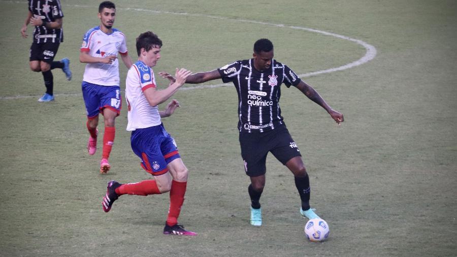 Atacante Jô, do Corinthians, em ação contra o Bahia: chuteira azul ou verde? - MAURICIA DA MATTA/W9 PRESS/ESTADÃO CONTEÚDO