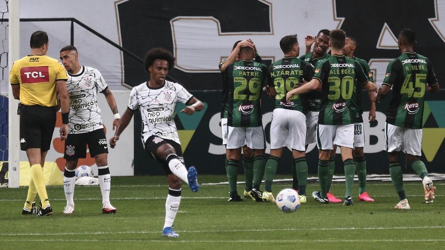 Jogadores do América-MG comemoram gol de Marlon contra o Corinthians, no Brasileirão - Ettore Chiereguini/AGIF