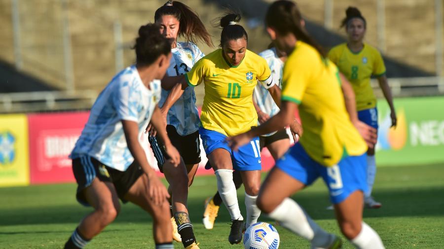 Marta tenta jogada pelo Brasil contra a Argentina em amistoso - Josemar Gonçalves/AGIF