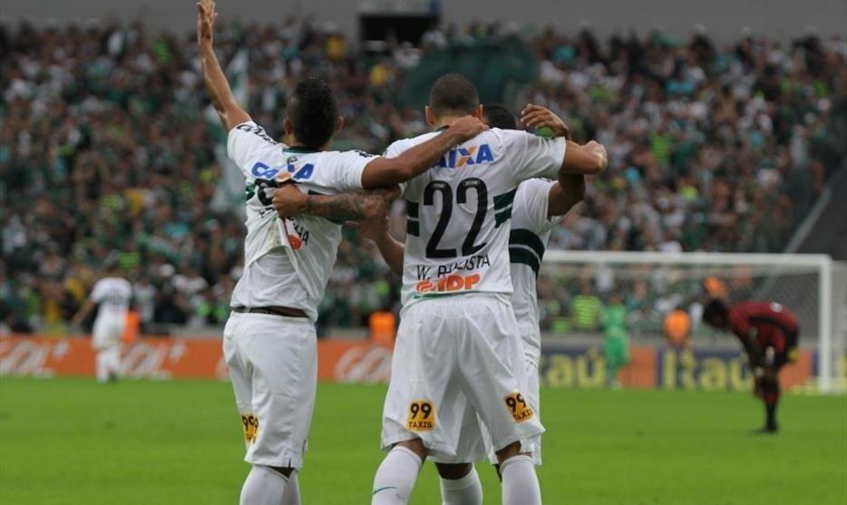Wellington Paulista comemora gol do Coritiba em jogo contra o Atlético-PR na Arena da Baixada