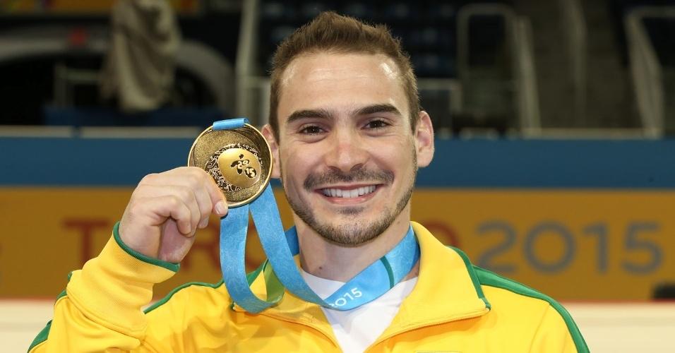 Arthur Zanetti exibe a medalha de ouro conquistada nas argolas