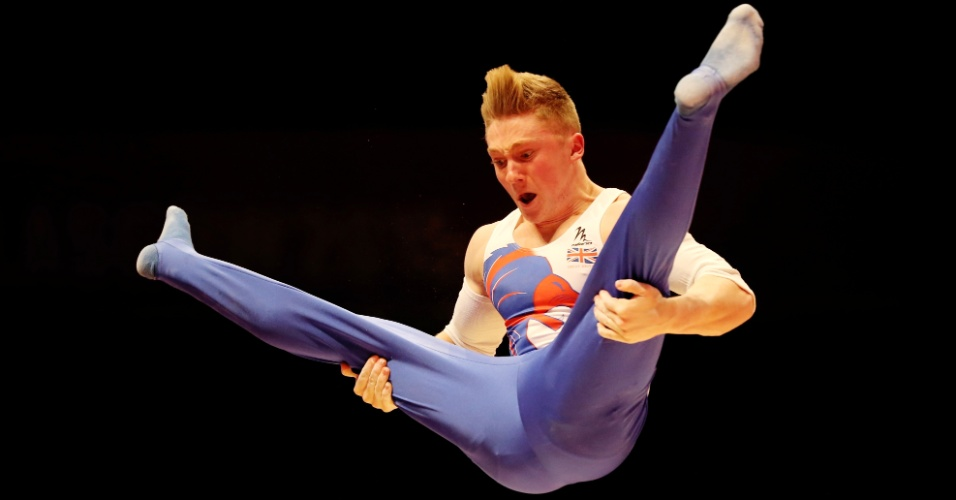 Niall Wilson, do Reino Unido, treina nas barras paralelas