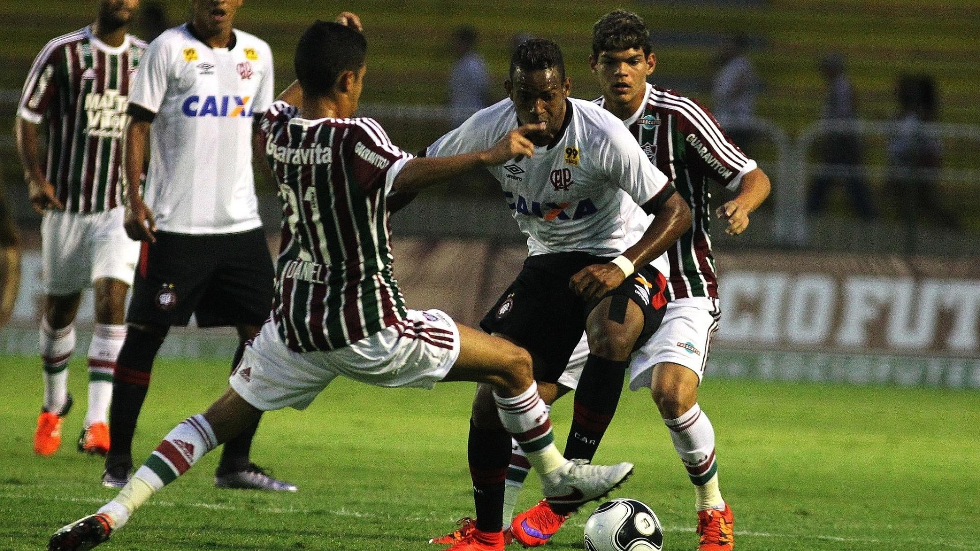Jogadores do Fluminense e do Atlético-PR disputam bola em jogo válido pela Primeira Liga nesta quarta (27)