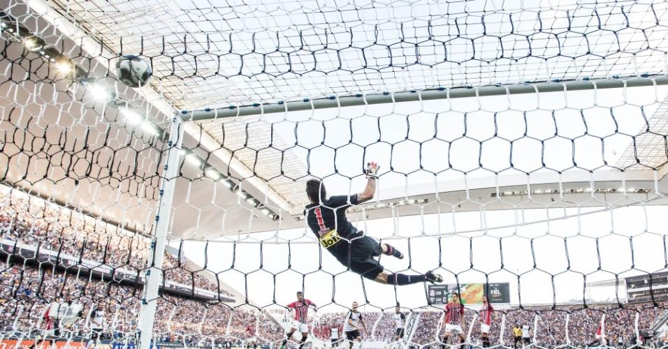 Denis se estica, mas não consegue evitar o gol de Yago, de cabeça, que definiu o clássico em 2 a 0 para o Corinthians