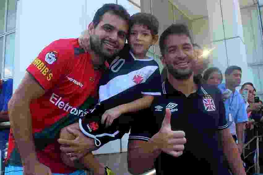Capixaba, zagueiro Luan é assediado por torcedores do Vasco no hotel - Paulo Fernandes / Site oficial do Vasco