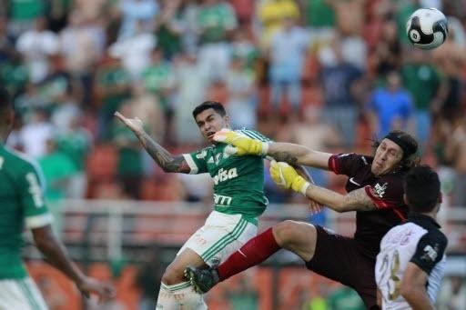 03.abril.2016 - Dudu se antecipa e cabeceia sobre Cássio para marcar o gol da vitória do Palmeiras sobre o Corinthians