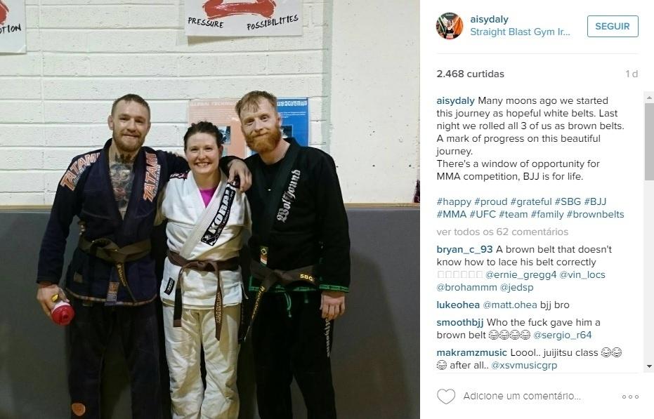 Conor McGregor posa ao lado dos companheiros de treino de jiu jitsu