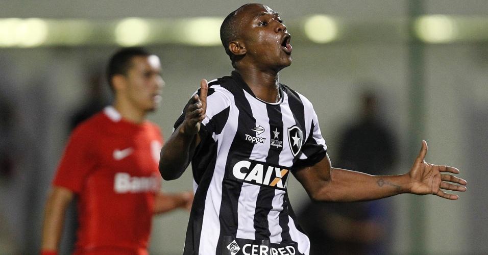 Sassá comemora o gol da vitória sobre o Internacional no Rio de Janeiro