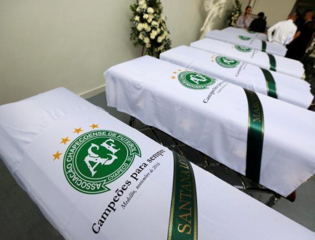 Caixões com as vítimas dos acidentes da Chapecoense são preparados para viagem ao Brasil