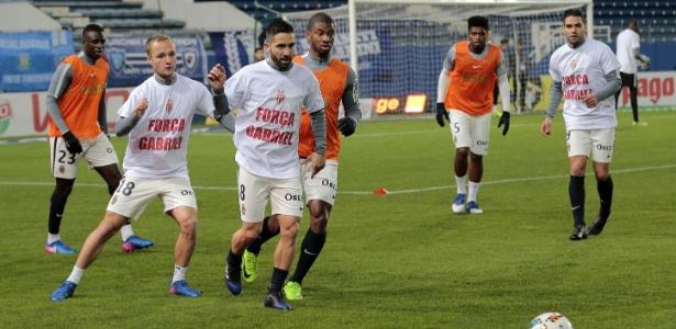Lesionado, brasileiro foi lembrado com camisetas usadas por colegas no aquecimento - Pascal Pochard-Casabianca/AFP Photo