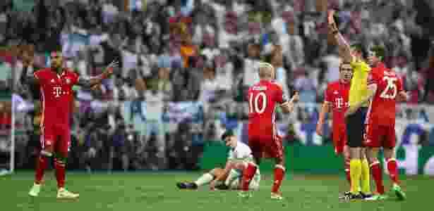 Viktor Kassai expulsa Arturo Vidal na partida Real Madrid 4 x 2 Bayern de Munique pela Liga dos Campeões em 2017 - Michael Dalder/Reuters