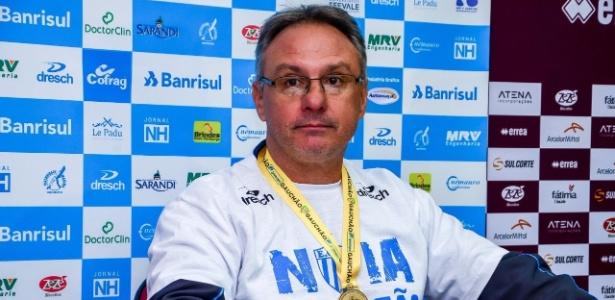 Técnico Beto Campos exibe a medalha de campeão gaúcho de 2017