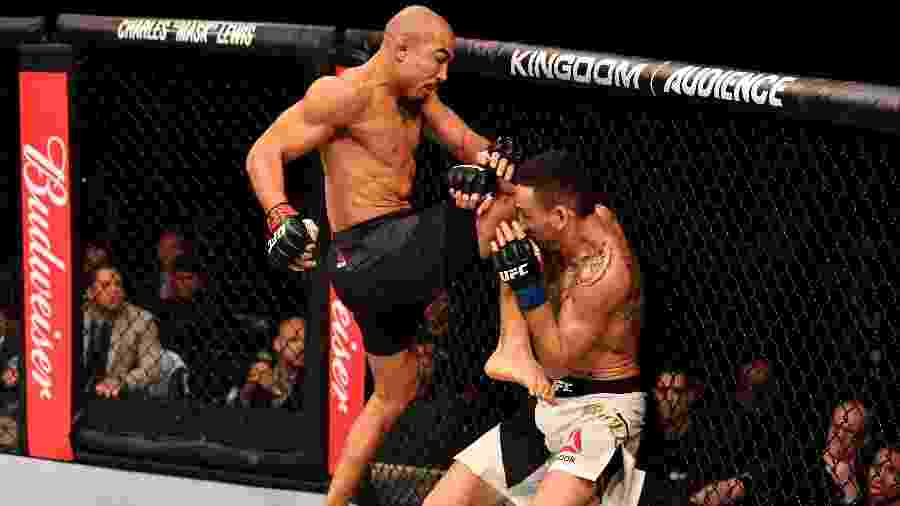 José Aldo acerta joelhada em Max Holloway na luta principal do UFC 212 - Jeff Bottari/Zuffa LLC/Getty Images