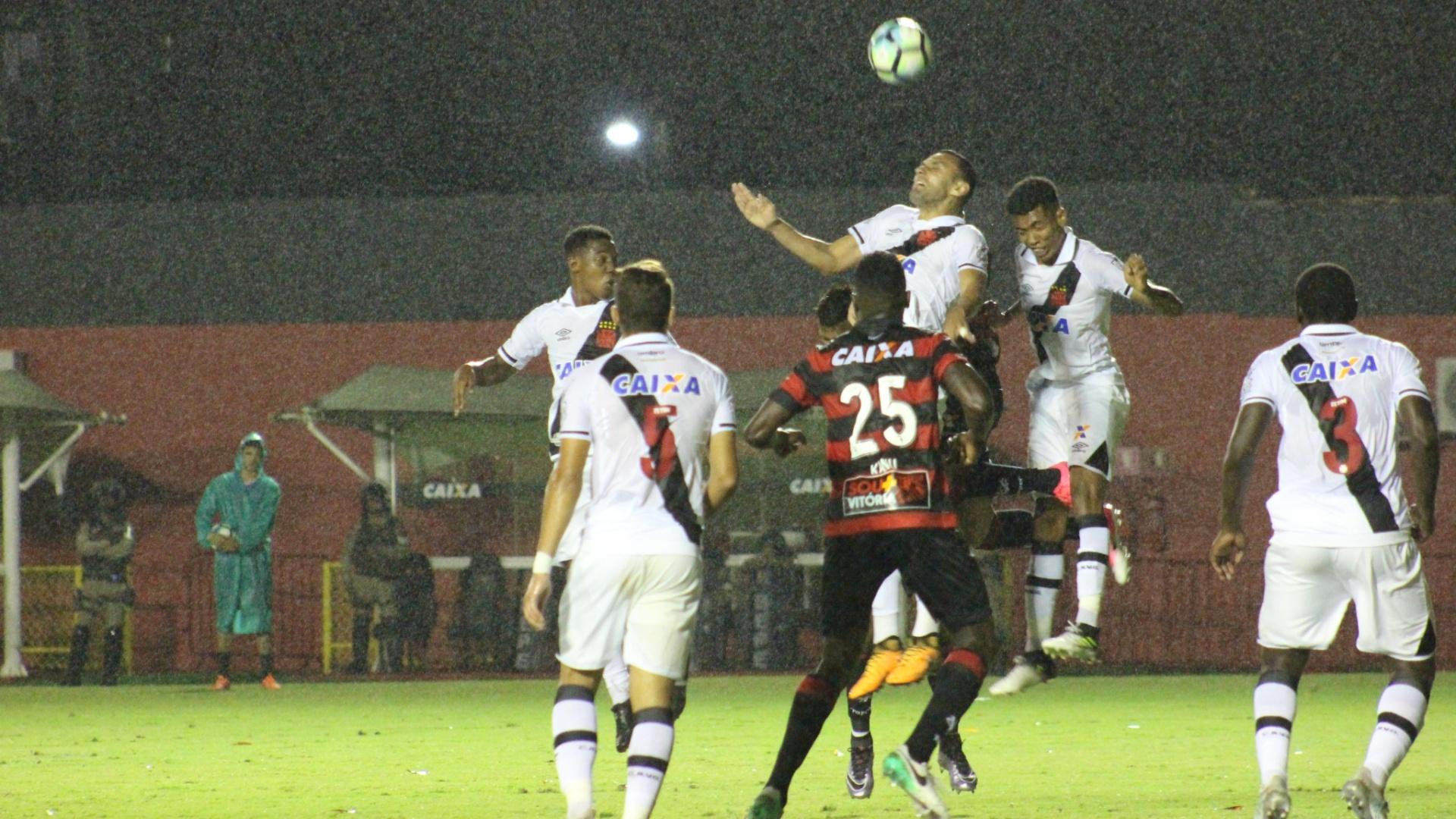 Kanu, camisa 25, marcou um gol contra pelo Vitória contra o Vasco