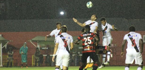 Vasco e Vitória se enfrentam neste domingo no Maracanã