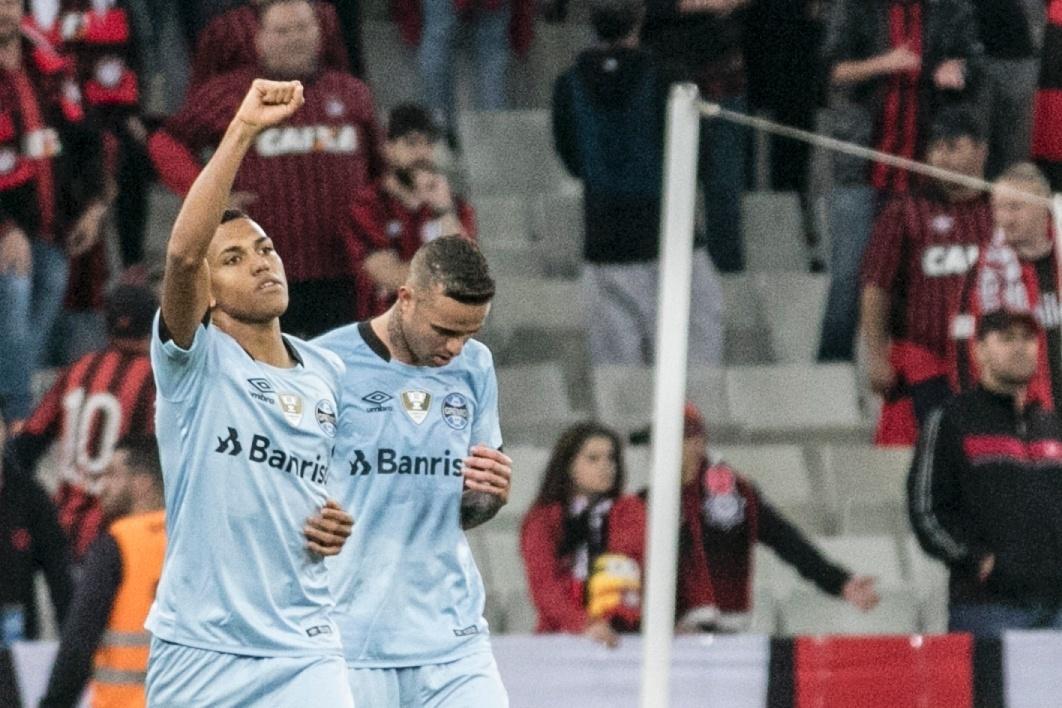 Pedro Rocha comemora gol de empate do Grêmio contra o Atlético-PR
