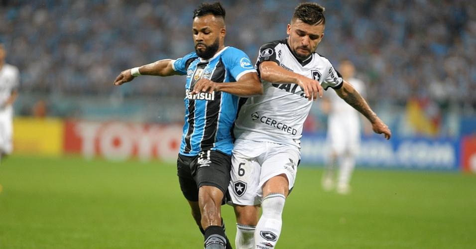 Fernandinho, do Grêmio, em disputa de bola com Victor Luis, do Botafogo